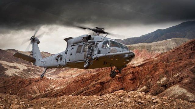 Военный вертолёт Сикорский над Камчатскими горами