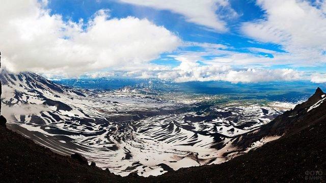 Заснеженные горы под облаками