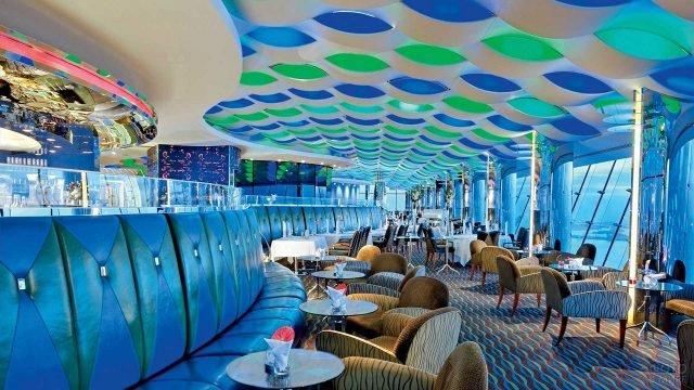 Богатый интерьер ресторана в отеле