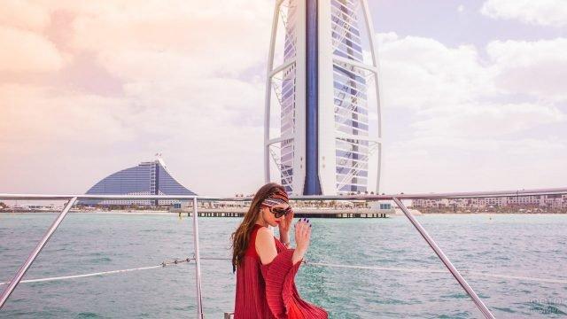 Девушка на яхте на фоне небоскрёба