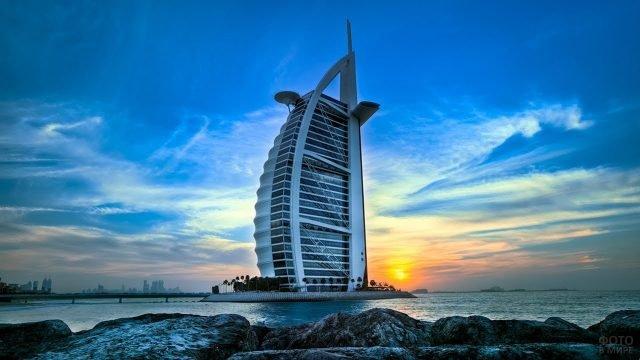 Голубое небо и отель в форме паруса