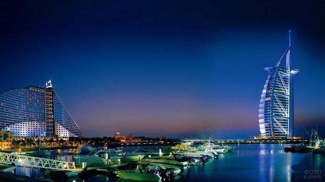 Яхты в ночных огнях неподалёку от отеля Парус