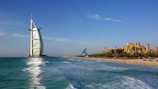 Пляж и отель-парус вдалеке