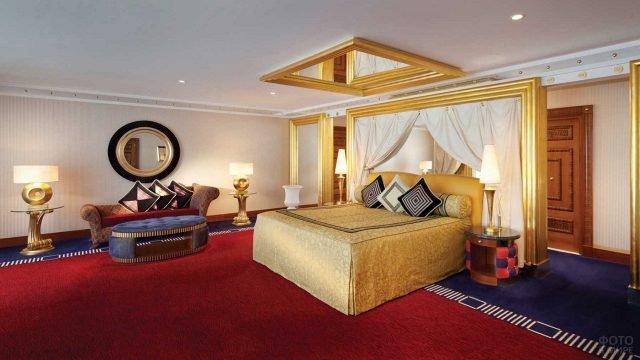 Просторная спальня в номере отеля