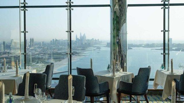 Вид из окна ресторана в отеле Парус