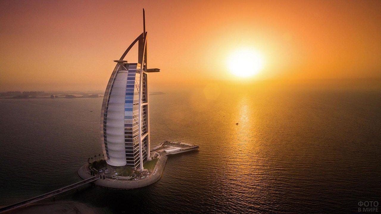 Закат солнца и отель у моря