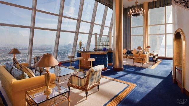 Зона отдыха в отеле с видом на город