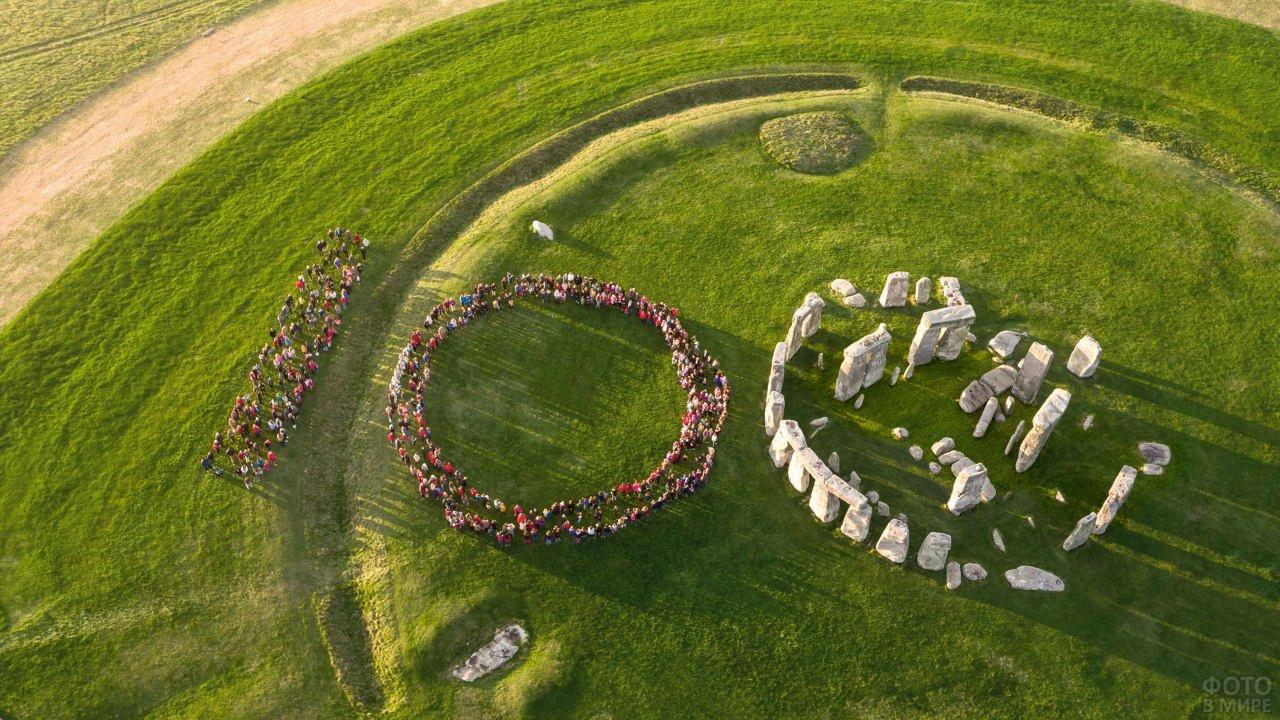 Цифра сто изображённая толпой с использованием Стоунхенджа