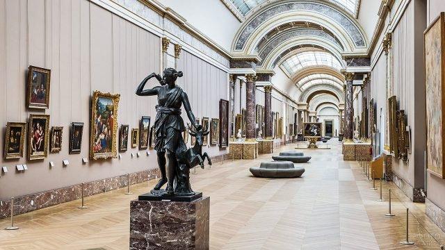 Большая галерея Лувра на первом этаже - отдел живописи