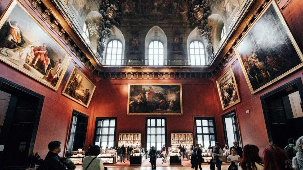 Грандиозный зал Большой картинной галереи Лувра