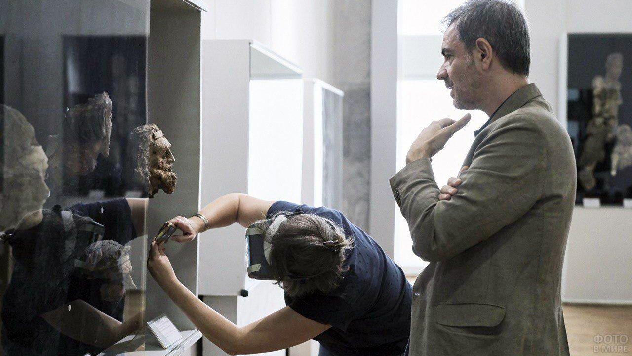 Эксперт и директор Департамента исламских искусств Лувра осматривают экспонаты