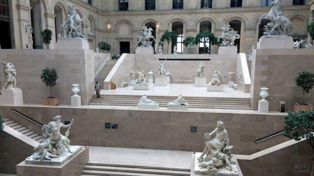 Лестницы Марли-Корт в Лувре