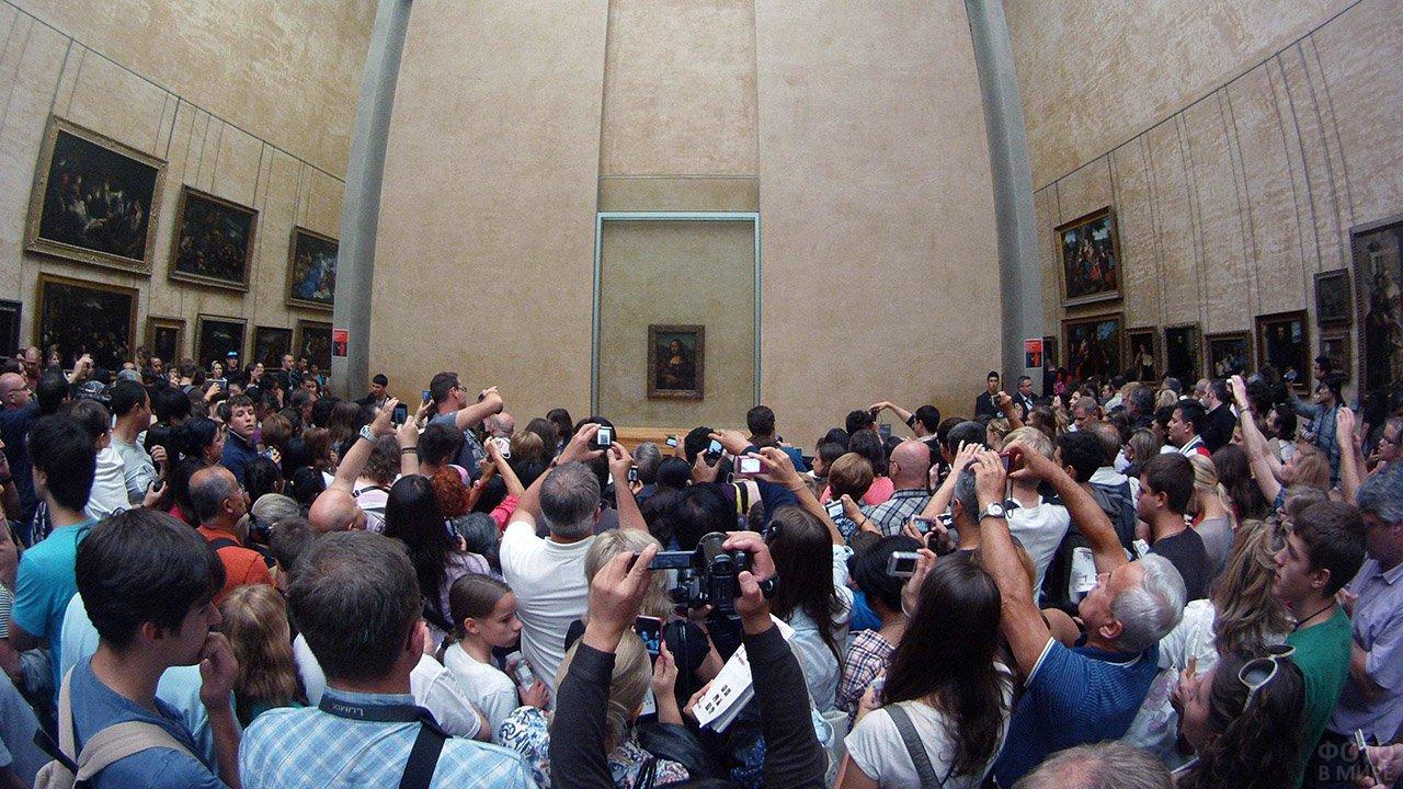 Наплыв туристов к Моне Лизе в Лувре