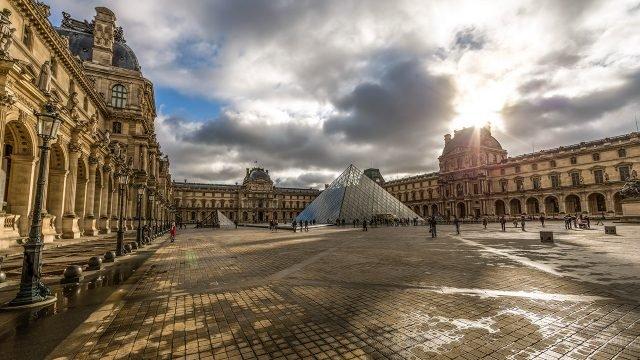 Панорама двора Наполеона в Лувре