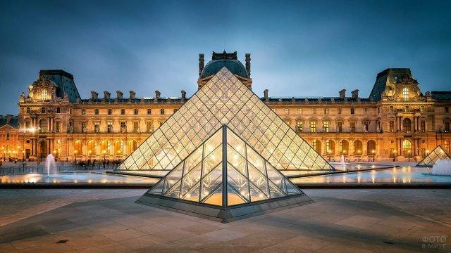Пирамида Лувра в вечерних огнях