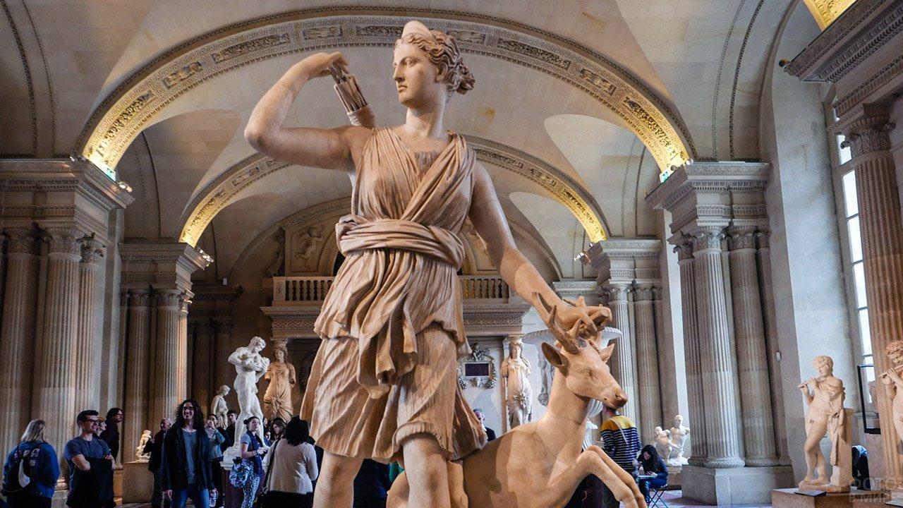 Статуя богини-охотницы Дианы в Лувре