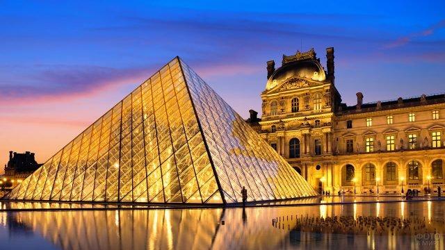Вечерняя иллюминация стеклянной пирамиды Лувра