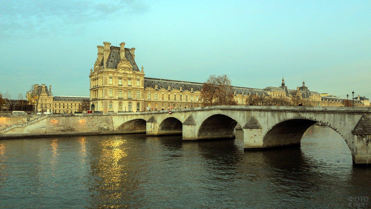 Вид на Луврский дворец с противоположного берега Сены в пасмурный день