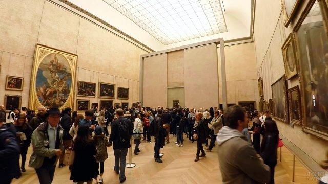 Всегда многолюдный зал Лувра с портретом Джоконды