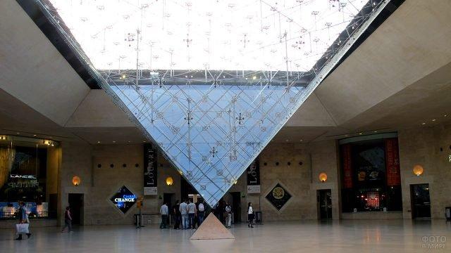 Зал под стеклянной пирамидой Лувра