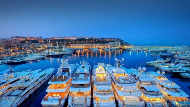 Яхты в круизном портовом городе Гавр синим вечером