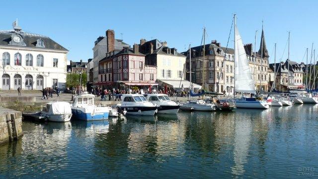 Катера и яхты у набережной в городке Онфлёр, Нормандия