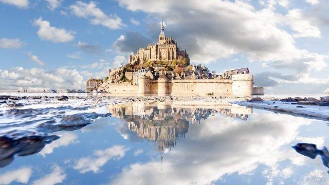 Сказочный зимний вид на Сен-Мишель