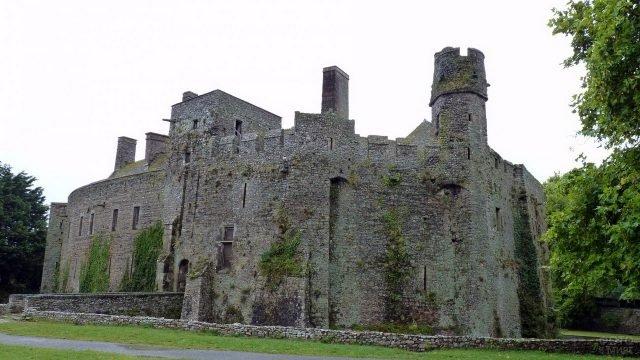 Стены старинного замка в Нормандии