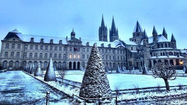 Зима в парке у замка в Нормандии