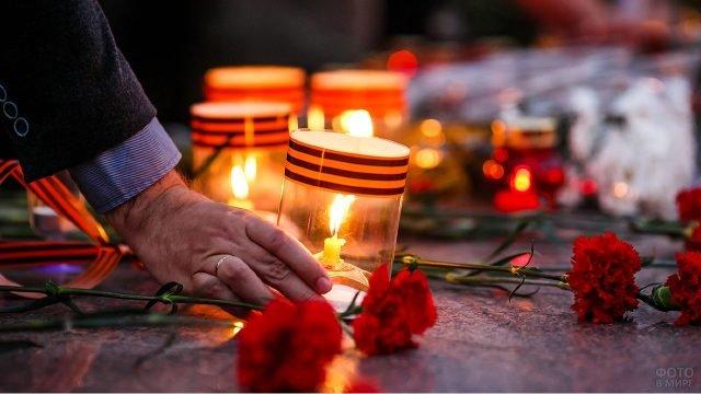 Цветы и свечи с георгиевскими ленточками от участников акции Свеча памяти 22 июня