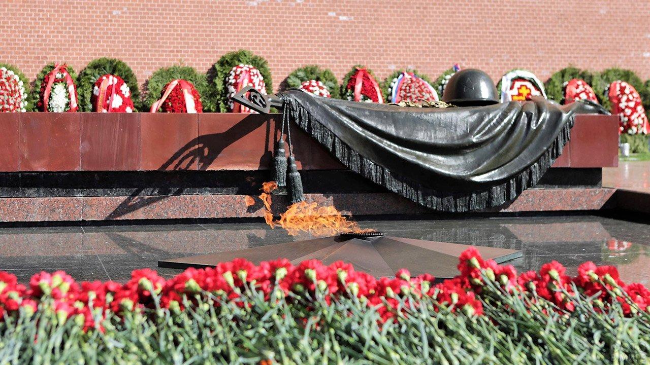 Цветы у Могилы неизвестного солдата в Москве