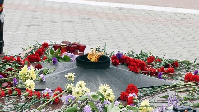 Цветы у Вечного огня 22 июня на Сахалине