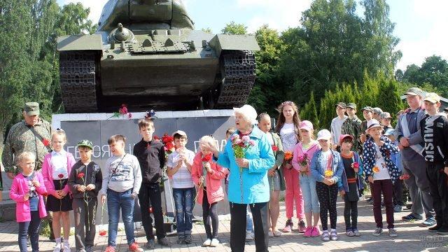 Дети и ветераны с цветами в День памяти и скорби на мемориале