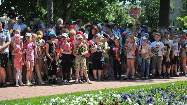 Малыши с цветами на митинге в День памяти и скорби