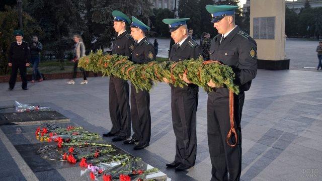 Офицеры-пограничники 22 июня возлагают венок к вечному огню в Белгороде