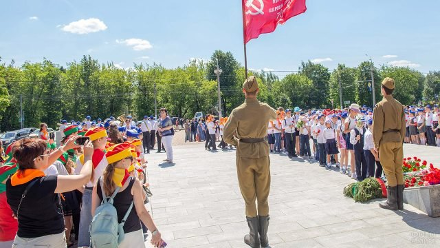 Почётный караул с флагом советской армии в День памяти и скорби в Подмосковье