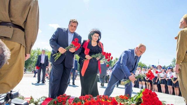 Представители администрации города Подольска возлагают цветы к мемориалу ВОВ