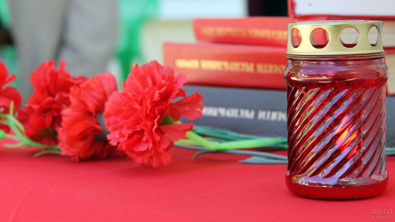 Свеча памяти и цветы 22 июня в библиотеке