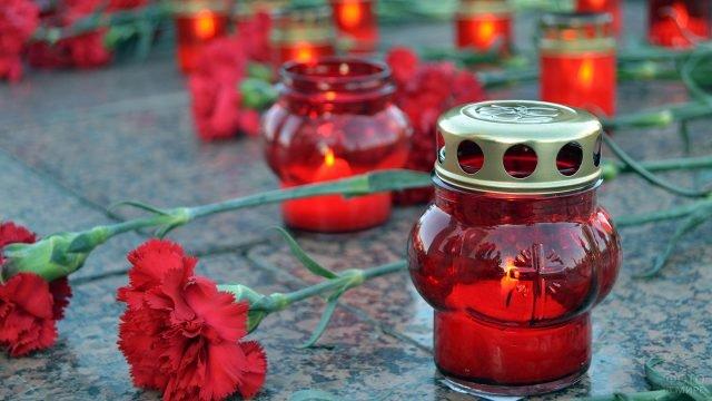 Свечи и цветы в День Памяти и скорби