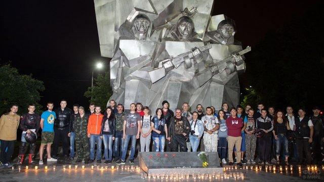 Участники акции Свеча памяти у мемориала ВОВ в 4 утра 22 июня