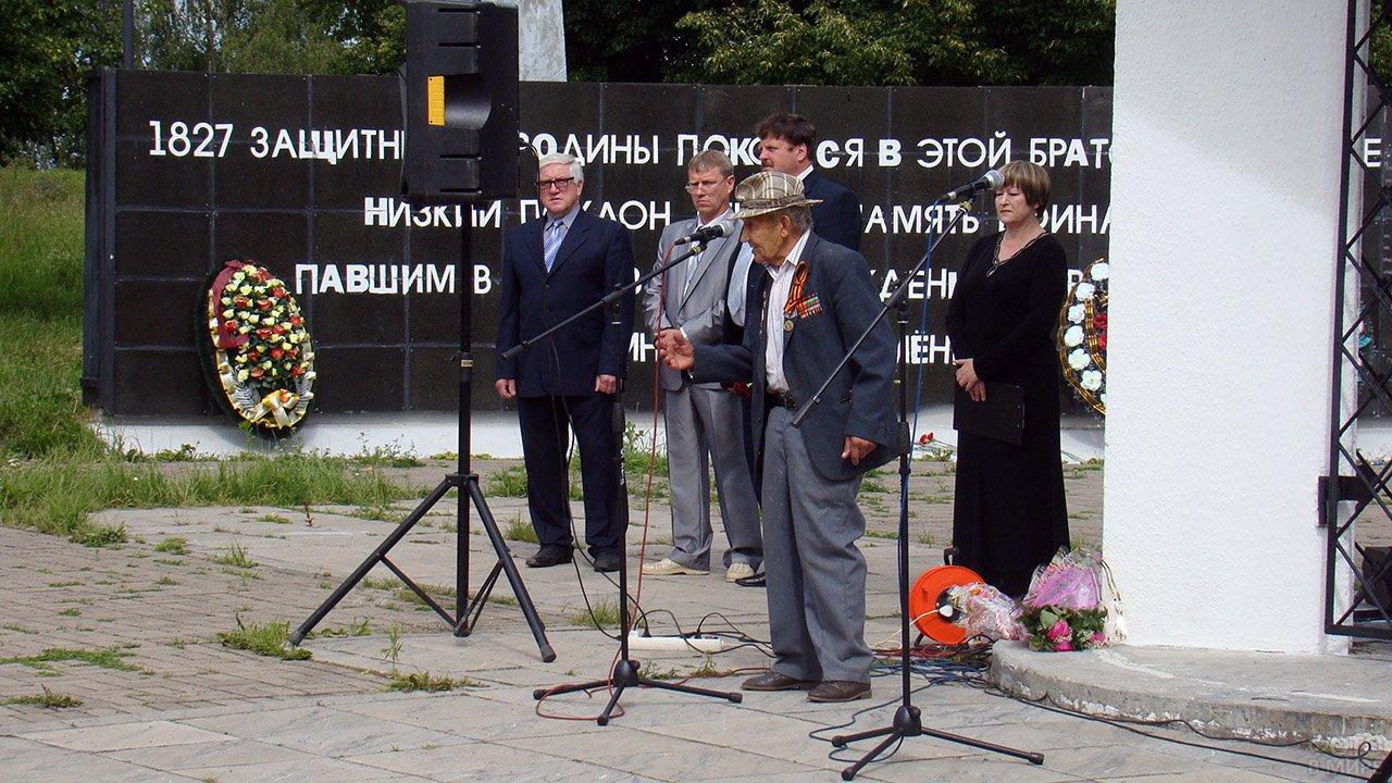 Ветеран выступает у мемориала ВОВ в День памяти и скорби в Смоленской области