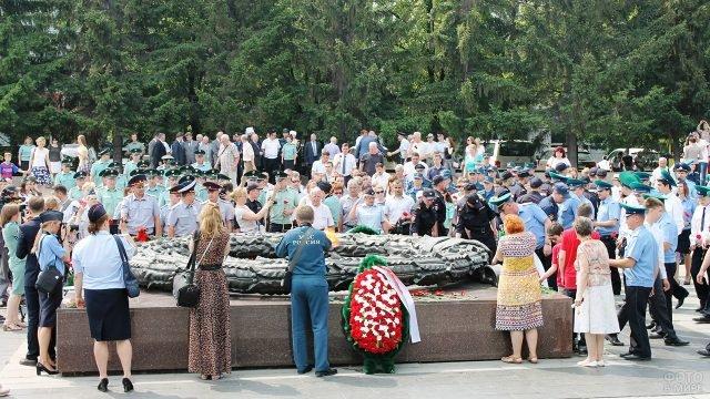 Военослужащие Махачкалы в День памяти и скорби у Вечного огня