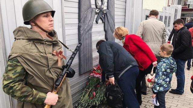 Возложение цветов к мемориалу ВОВ в День памяти и скорби 22 июня