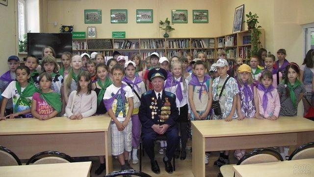 Встреча детей с ветераном ВОВ в школьной библиотеке в День памяти и скорби