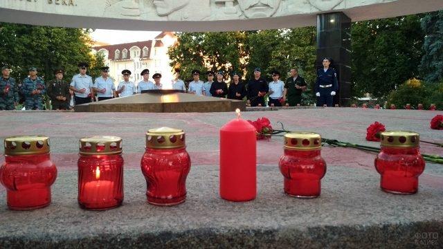 Зажжение свечей памяти от пламени Вечного огня в 4 утра 22 июня