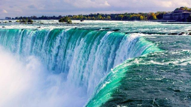 Изумрудная вода Ниагарского водопада