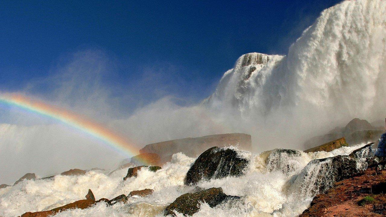 Радуга на каменных порогах водопада