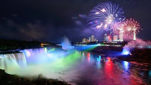 Салют и световое шоу на водопаде