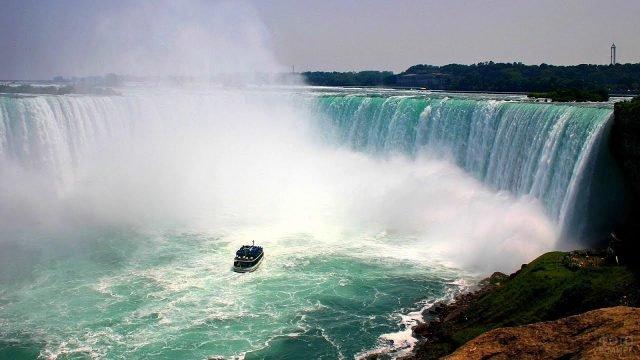 Синий паром у поднрожья водопада