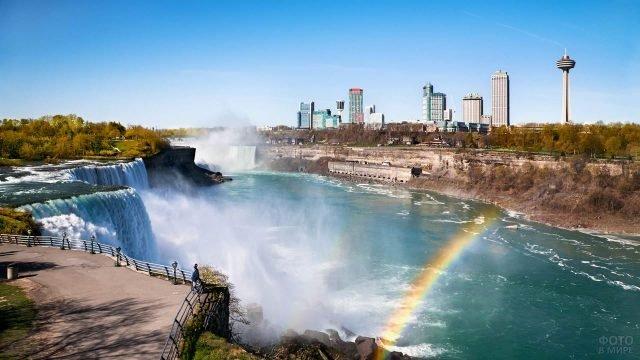 Смотровая площадка ниагарского водопада и радуга